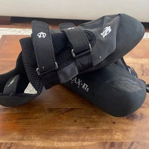 Like new- Evolv Trac- XT5 climbing shoe.